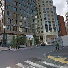 ⇒EVで地上に上がって裏手側「GINZA MISS PARIS」と「ミレニアム三井ガーデンホテル」の間の通りを直進。 。
