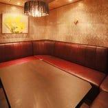 バリ島から輸入した絵画を施した完全個室