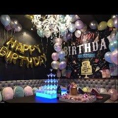 お祝いにはバルーン、壁一面のタペストリー、シャンパンタワーも