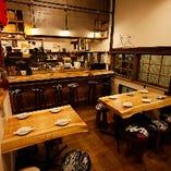 店内入口すぐのテーブル席は4名様用と6名様用を完備