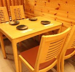 4名様ずつ分かれたテーブル席が3席ございます