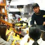 お好み焼きもりで、オタフクソース㈱、㈱ぐるなびと一緒に外国の留学生と食イベントを開催しました。