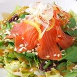 新鮮野菜とサーモンのサラダ