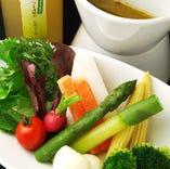 新鮮野菜のスティックを特製ディップソースで召し上がり下さい。