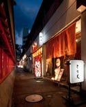 アクロス福岡前のファミリマートと神社の間の路地を入って…