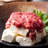 『クリームチーズ酒盗のせ』は酒盗の塩味とチーズのクリーミーな味わいがマッチ!日本酒のアテにぴったりの一品です。