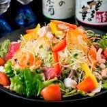 『一徳特製サラダ』は新鮮野菜に海鮮をのせてボリューム満点!