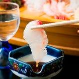 【ぜひ、自慢の鮮魚を味わってください!】市場直送の鮮魚は身がしまっており絶品!四季折々の旬のものをご提供しております。上質な魚介の旨味を、まずはシンプルにお刺身でご堪能ください。
