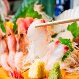 市場直送の鮮魚は身がしまっており絶品。上質な魚介の旨味を、まずはシンプルにお刺身でご堪能ください。旬の魚介は日本酒との相性も抜群!ご宴会に欠かせない一品です。