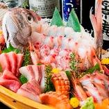 【旬のおもてなし】ご宴会に人気の逸品『お刺身豪華盛り』!その時々の旬魚を料理人が丁寧に捌き、華やかな舟盛りにしてご提供いたします。会社宴会はもちろん、接待・会食などのビジネスシーンにもおすすめです。