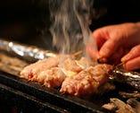 備長炭の燻香をまとった焼き鳥は、絶妙なタイミングで供される。