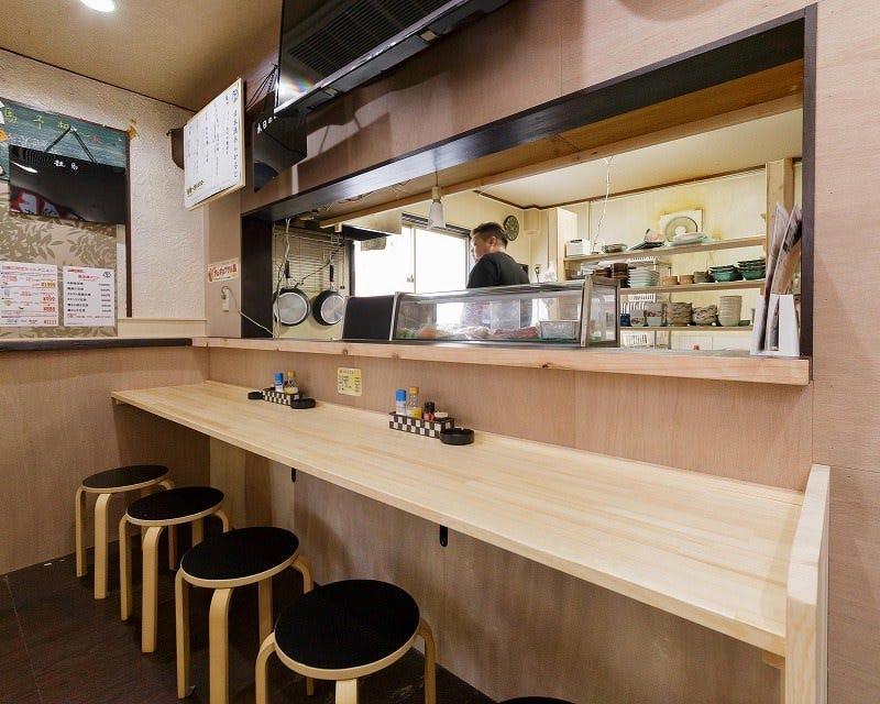 少人数ならカウンター席も!京野菜のおばんざいを大鉢で選べます