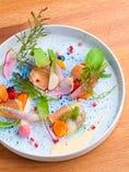 有田焼の皿の上で、シェフのオリジナル料理が美しく花開く。