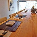 吉野杉の1枚板のカウンター席