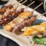 『朝次郎串盛り合わせ』リピーター続出の名物『串焼き』 塩は『伯方の焼き塩』、タレは開店(2000年)当初から継ぎ足した熟成の味!炭火で一本一本丁寧に焼き上げる、シンプルで美味しい逸品。