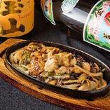 【日替わりメニュー】ぷりぷりのもつ焼きは熱々の鉄板でご用意します