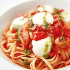 モッツァレラチーズとトマトのカプレーゼ風パスタ