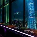 全席、スカイツリーと東京の夜景を一望できるムード溢れる空間