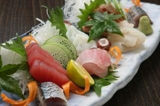 朝市場で直接買い付ける新鮮な魚介類