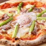トリュフ香る『ビスマルク』歯ごたえの良いアスパラ、程よい塩気がマッチする生ハム、極めつけはとろ~り卵を絡めてどうぞ!!スタッフ一押しピザです!
