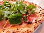 たっぷりの生ハムとルッコラに、とどめのパルミジャーノレッジャーノもたっぷりと『生ハムとルッコラのピザ』
