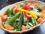 15種野菜と手作りドレッシングのサラダ
