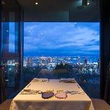晴れていたら関西国際空港まで見渡せる絶景ビューの中お食事を。