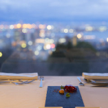 美しい夜景でゆったりした食事ができる「テーブル席」(2名様~)