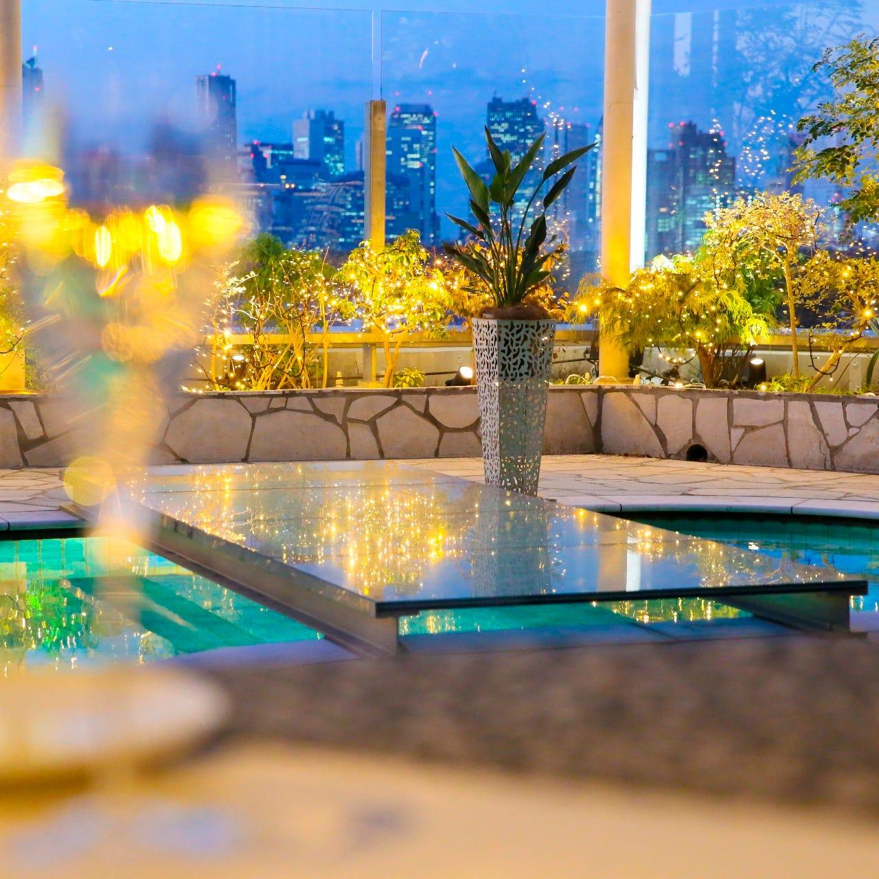 ロマンティックな夜景とともに素敵なディナーを・・・。