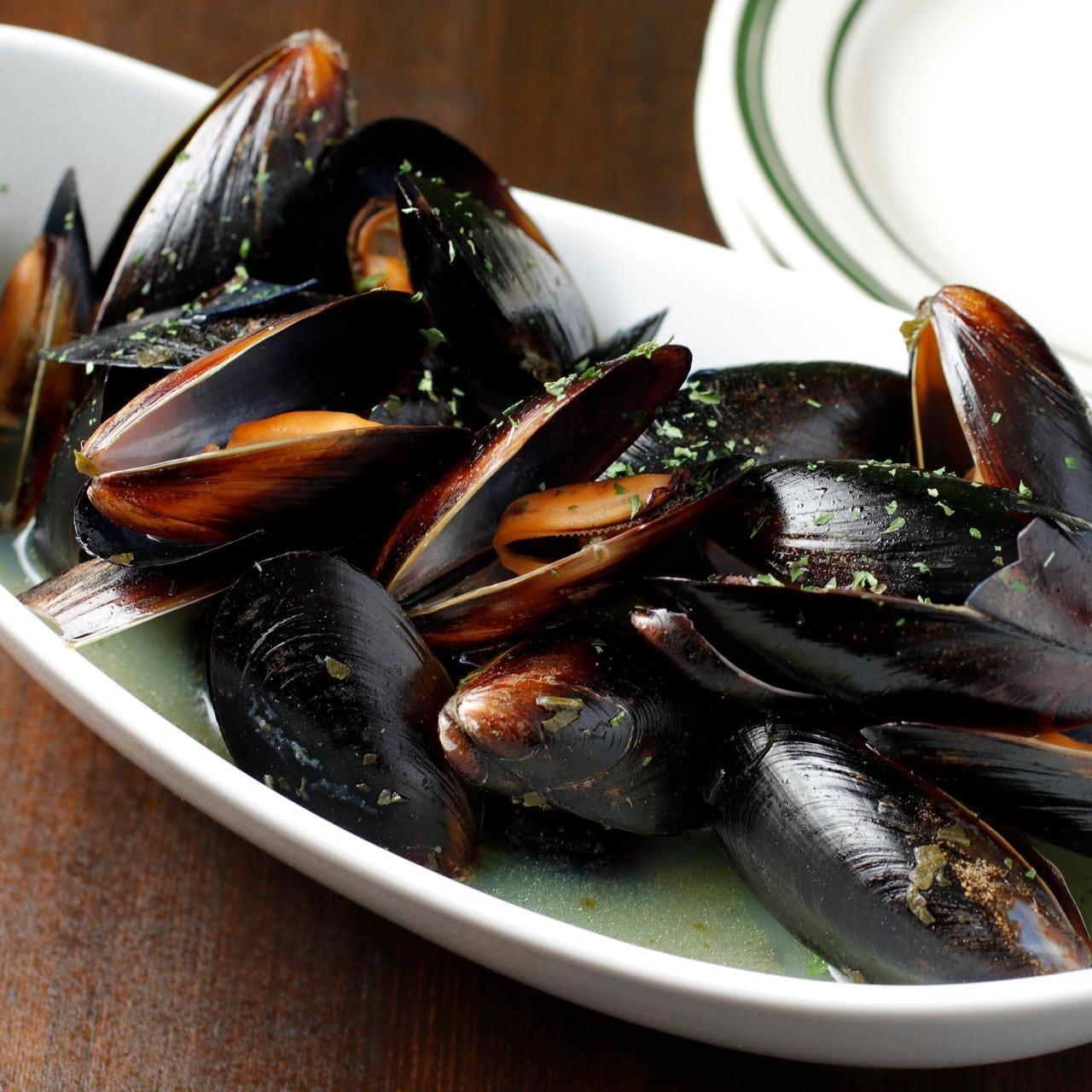 バジルの香りが爽やかな、ムール貝の一皿。ワインがすすみます!