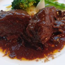 牛ほほ肉バルバレスコワイン煮込み