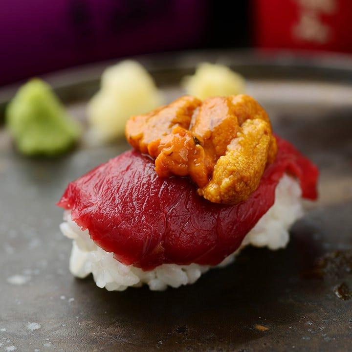 馬肉とウニで「ウにく寿司」。ウニの風味は馬肉との相性抜群!