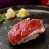 新鮮な桜肉を中心に、牛肉・鶏肉のあぶり寿司など、様々な肉を「握り」でご用意いたします。※7月より