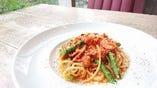 【パスタB】自家製ベーコン&ソーセージ、アスパラのトマトスパゲッティ