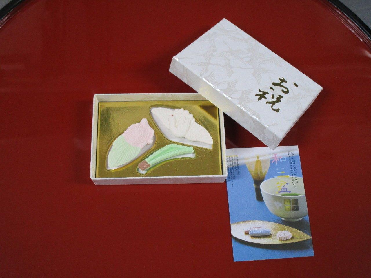 お食い初め膳には、和三盆を使用した和菓子をお付けいたします。