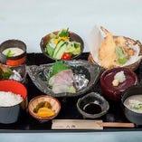 海老や旬菜など5種の天ぷらと、料理長こだわりの逸品がセットになった『天ぷら膳』