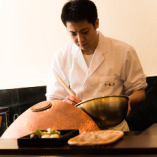 目の前で揚げる天ぷらの「音」もお楽しみ下さいませ。
