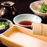 看板メニューの京の二味とうふです。特製の割り醤油かお野菜と一緒に。