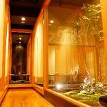 半個室から見えるインテリアが大人の空間を演出します。