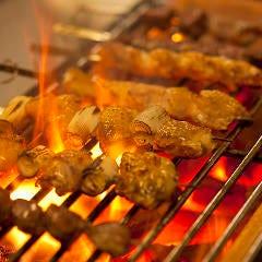 【炭火焼メニュー多数】ジューシーに焼き上げる多彩な炭火焼が自慢
