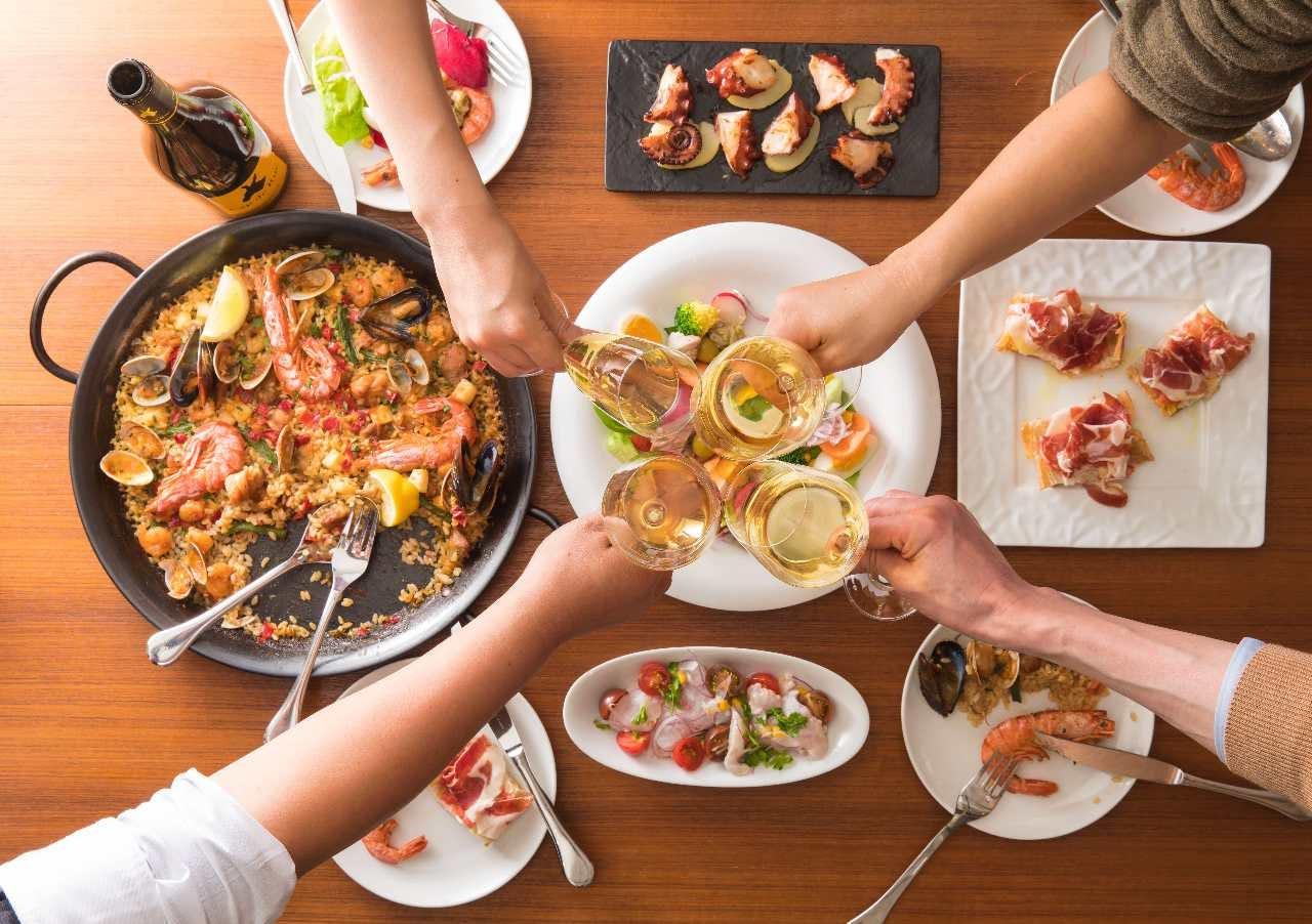 パエリアだけでなく野菜、魚介、お肉をスペインワインと一緒に