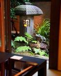季節によって表情を変える坪庭は、 本館別館の個室からも眺められます