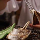 炭火焼料理は職人がお客様のお席で季節のお魚と万願寺唐辛子などの京野菜を焼き上げてご提供いたします。