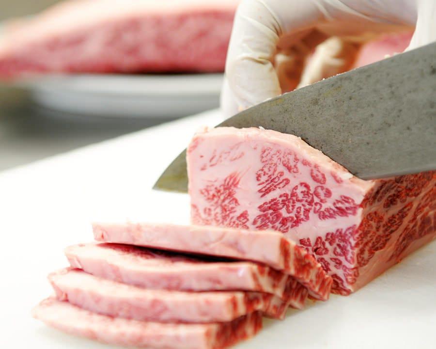 お肉を一番いい状態で楽しんで頂く為に、手切にこだわっています
