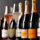 産地を問わず多彩な銘柄を常備した赤白泡ワインが自慢!