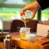 ポットの中でお花が咲く工芸茶もございます。