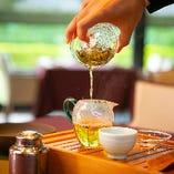 こだわりの中国茶も多数。ポットでお花が咲く工芸茶も人気。