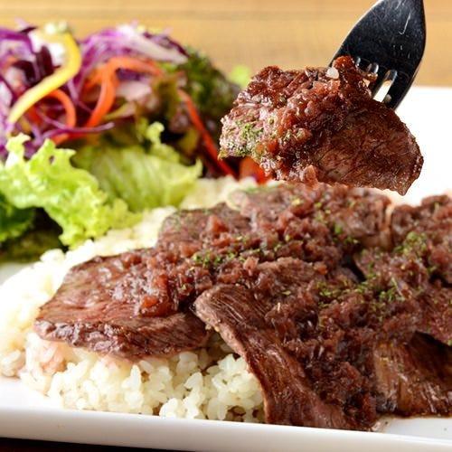 柔らかい肉質のブラックアンガス牛のステーキ