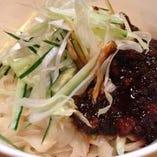 麻辣牛肉冷やし刀削麺。