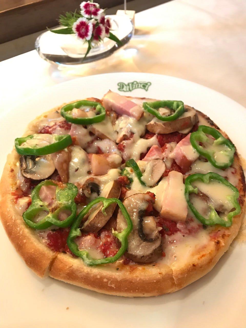 もっちりしたパン生地のミックスピザ。テイクアウトもおススメ!